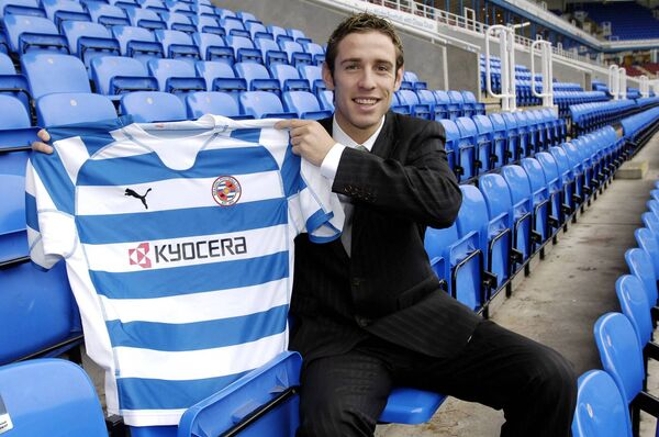 Alan Bennett signs for Reading FC.
