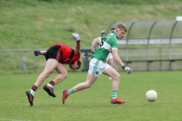 Michael Walsh, Mitchelstown, challenges Paul Ring, Aghabullogue. Picture: Jim Coughlan.