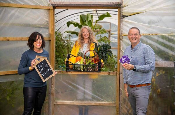 Louise O'Connor, who runs a not-forprofit 'Patch Na bPáistí in County Cork, won the 2020 Get Ireland Growing grand prize worth €5,000 from Energia and GIY. Pictured is Louise, centre, with  Alan Mulcahy from Energia on the right, and Karen O'Donohoe from GIY, left.