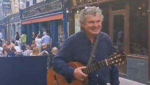 WATCH: Well-known Cork musician treats diners on Princes Street to impromptu performance
