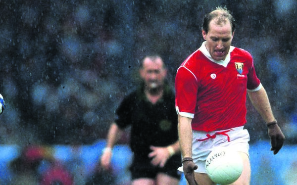 Cork's Dave Barry solos as he takes on the Dublin defence in the 1989 All-Ireland football semi-final at Croke Park. 	 Picture: INPHO