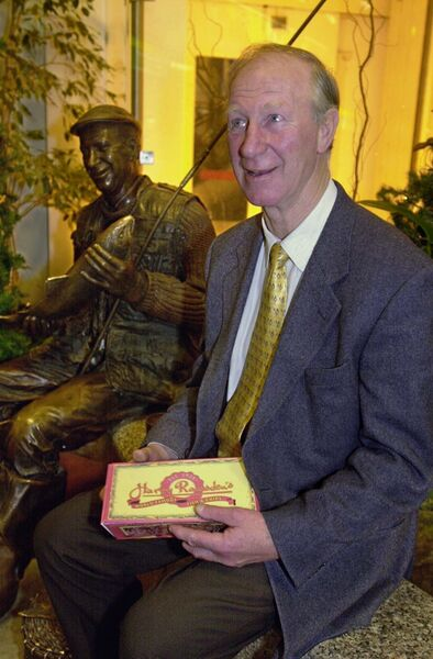 Jack Charlton meets a statue of himself in Cork Airport. Pic: michael mac sweeney/provision