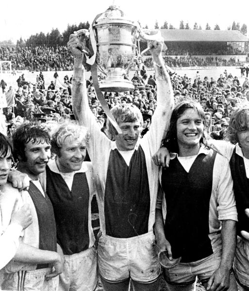Carl Humphries, John Lawson, Sonny Sweeney, Dave Bacuzzi, Gerry Coyne and Dave Wiggington lift the trophy for Cork Hibs.