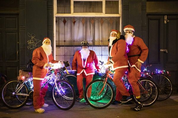 Gemma and Dave Bunyan of Ballincollig with fatehr and son Martin and Damien Malome of Schull Tri Club Cork Santa Cycle in aid of Cappagh Kids. Picture Clare Keogh