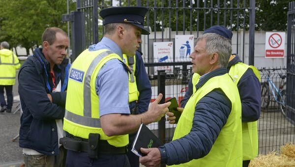 Macroom farmer Ger Dineen and Inspector Dave Callaghan from Bandon Garda station at the Beef Plan movement protest at ABP Bandon Co Cork. Picture Denis Boyle