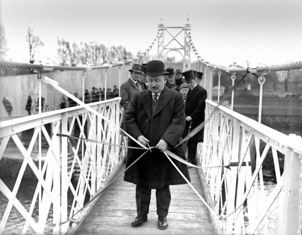Peace commissioner M O'Driscoll officially opens the Shakey Bridge in 1927.