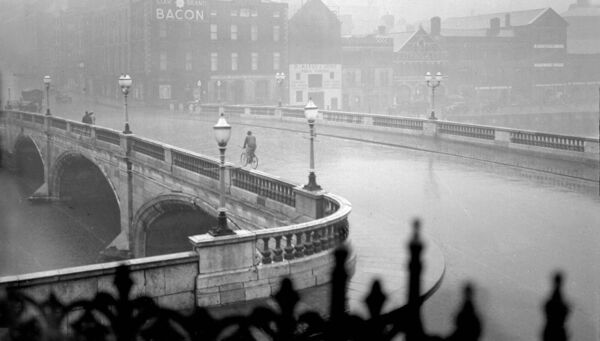 An almost deserted St. Patrick's Bridge during a rainstorm in 1938.