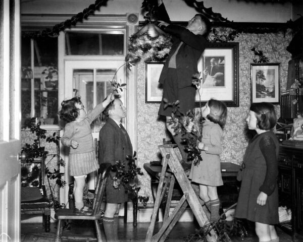 Children in Cork decorating their home for Christmas in 1939. The image is one of the many archive pictures in this year's 2019 Evening Echo / Irish Examiner calendar.
