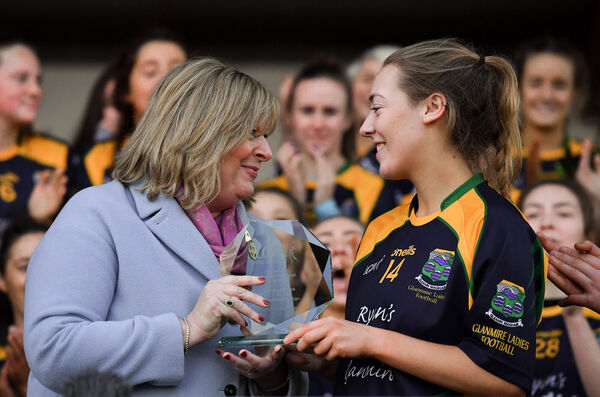 Kate Hannon of Glanmire is presented with her Player of the Match award by Marie Hickey. Picture: Piaras Ó Mídheach/Sportsfile