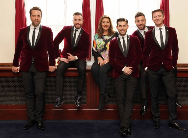 The Overtones Lachine Chapman, Darren Everest, Mike Crawshaw, Mark Franks and Tim Matley with singer Jane McDonald.