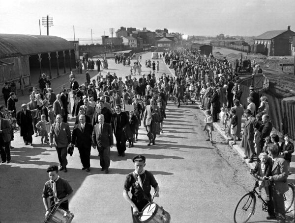 Passengers at Youghal railway station in 1952
