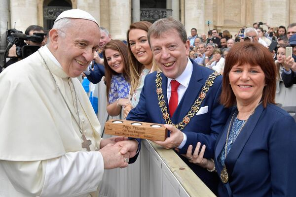 Pope Francis with the Lord Mayor of Cork, Cllr Tony Fitzgerald. Also pictured are the Lady Mayoress, Georgina Fitzgerald (r) and Deborah and Michelle Fitzgerald.