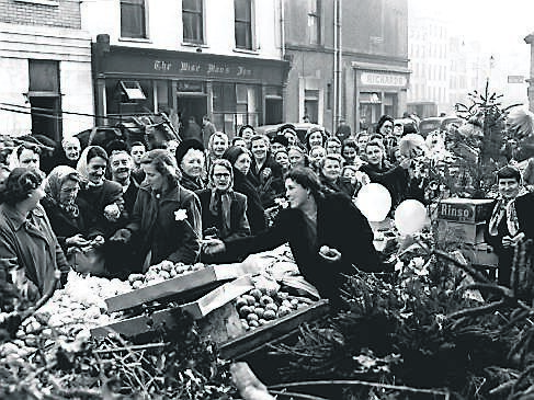 Shoppers on the Coal Quay in December 1953.