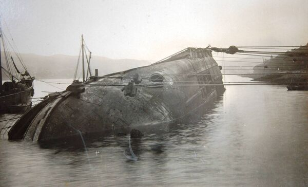 Refloating the Fleswick in Cork Harbour 1909 following its collission with the SS Killarney.