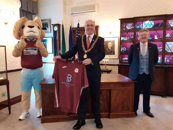 A visit to the Cork City Hall before Cobh's first home game this Saturday as Cobh Ramblers mascot Rambo and club ambassador Bob Donovan meet Lord Mayor Joe Kavanagh.