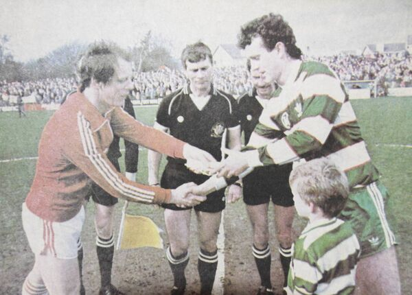 Derry City captain Declan McDowell exchanges pennants with Anto Whelan.